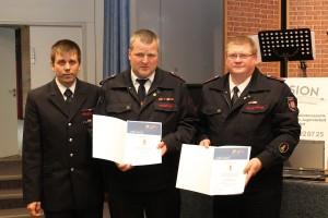 Peer Grieger (links, stv. Landesjugendfeuerwehrwart NRW) verleiht goldene Ehrennadel an Jörg Mittag (mitte, Stadtjugendwart Rahden) und Thomas Borgstaedt (rechts, Kreisjugendfeuerwehrwart)