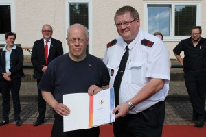 Goldene Ehrennadel der Deutschen Jugendfeuerwehr wurde an H.D. Klug übergeben